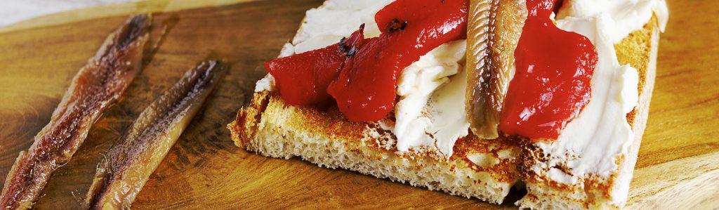 Tosta de pimiento, queso de untar y anchoas