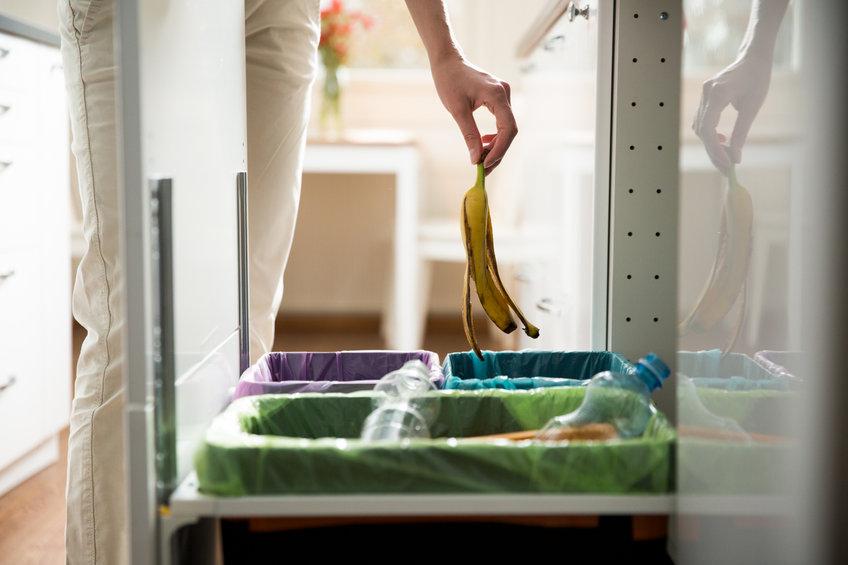 Usar cubos diferenciados por colores en casa facilita reciclar las latas de conserva